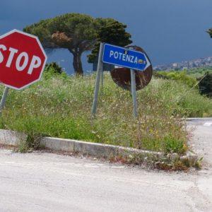 Strasse nach Potenza mit Stopschild