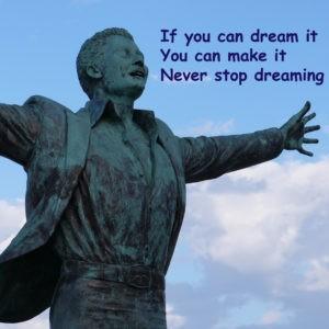 Statue mit ausgebreiteten Armen